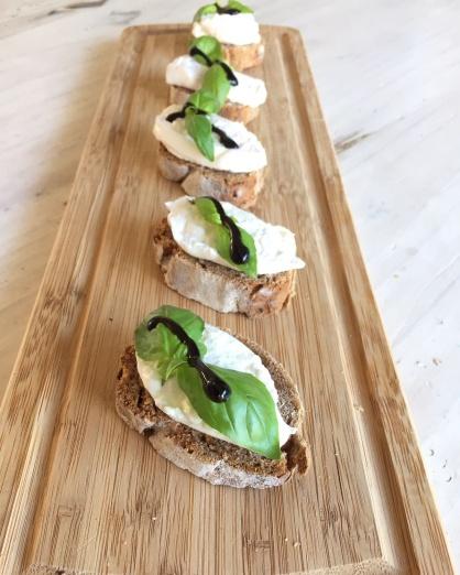 vijgenbrood crostini met burrata